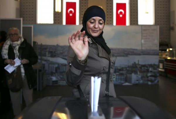 Женщина на избирательном участке в мечети, Амстердам, Нидерланды REUTERS/Cris Toala Olivares